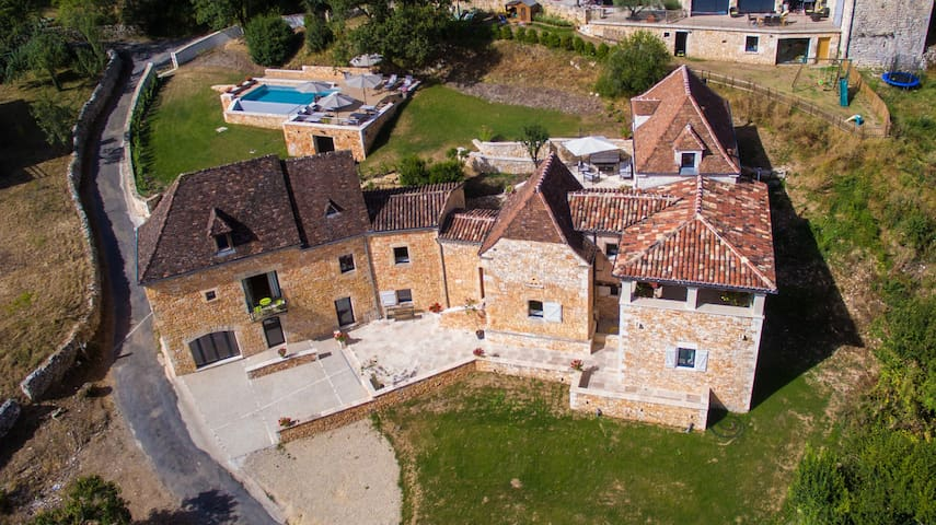 Grande demeure, vue sur le Château de Belcastel - Lacave - Hus
