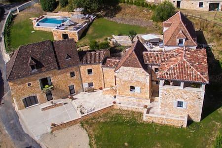 Grande demeure, vue sur le Château de Belcastel - Lacave