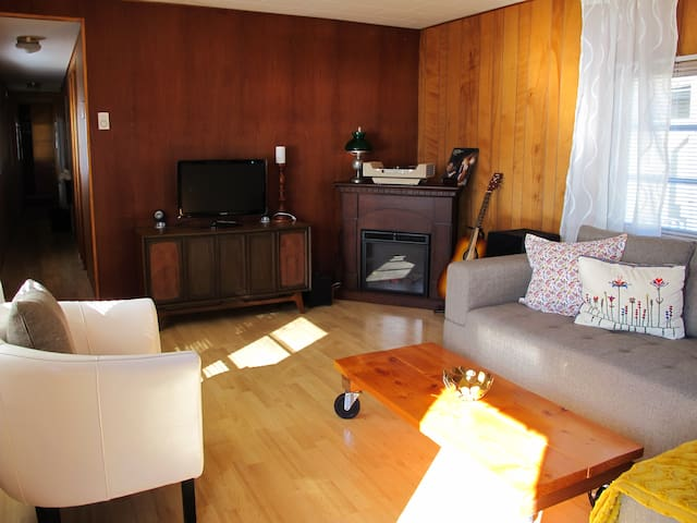 Cozy, Retro Cottage with Amazing Views - Britannia Beach - Haus