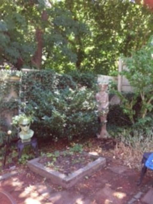 Garden with statuary!