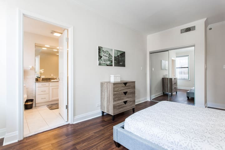 SHARED LUXURY NEXT TO NORTHWESTERN HOSPITAL CLEAN