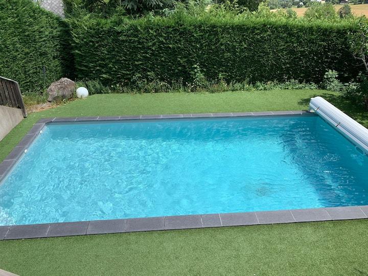 Très beau chalet typique et piscine privée à Besse