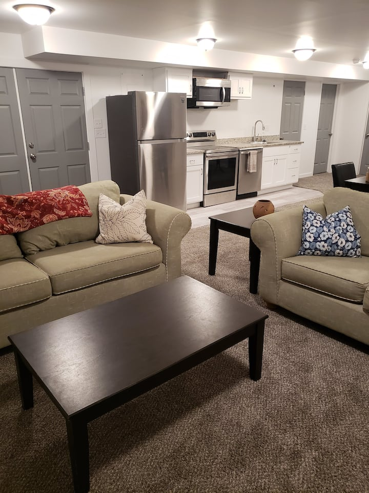 Private and Spacious Guest Suite, Full Kitchen
