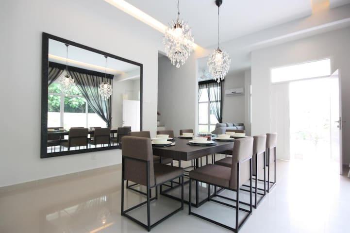 Modern Cosy Corner Shamrock Beach Villa no. 1 - Tanjung Bungah - House