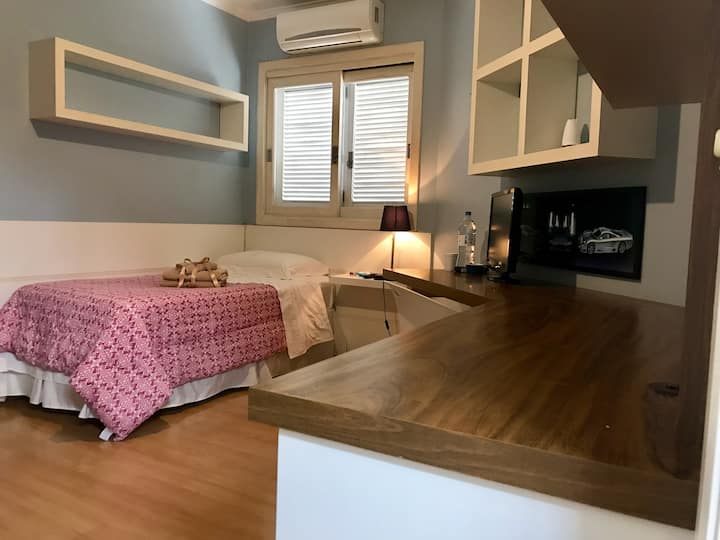 Dormitório amplo e arejado em bela casa em condomínio fechado
