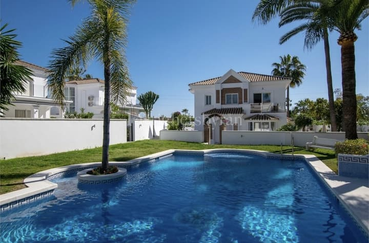 8  min from Puerto Banús  and beach apartment