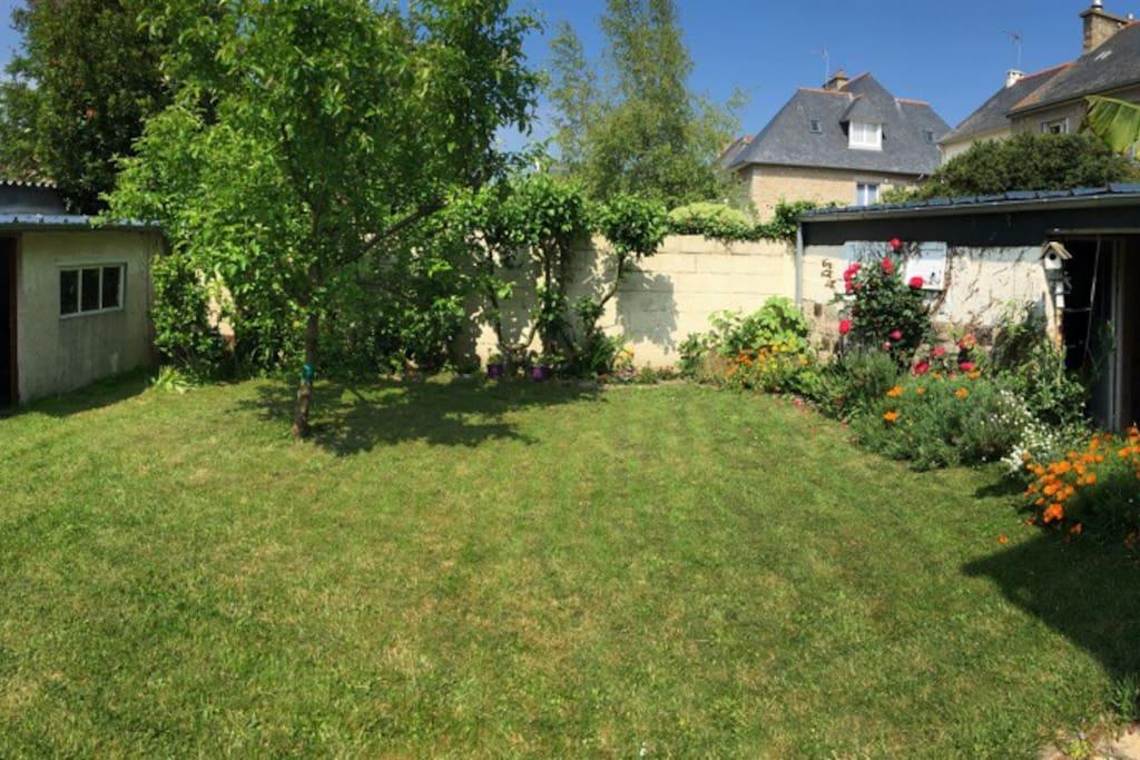 Le jardin, idéal pour le repos et le jeu en famille ou entre amis
