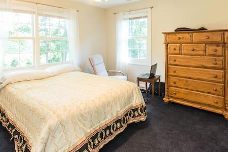 Queen Bedroom Quiet Scenic Setting Rural Charmer - Easton - Ev