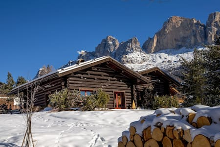 Stunning Chalet Minutes From Ski Slopes with Mountain Views, Private Patio and Fireplace