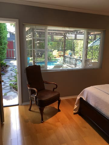 Cozy room with Private Entrance and Pool View - Lawndale - Ház