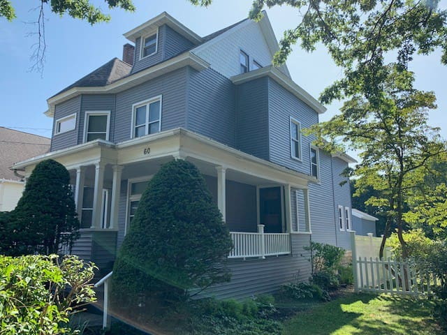 Large Victorian home that sleeps 16 @ 60 Central
