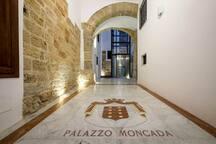 Il meraviglioso ingresso del Palazzo Moncada