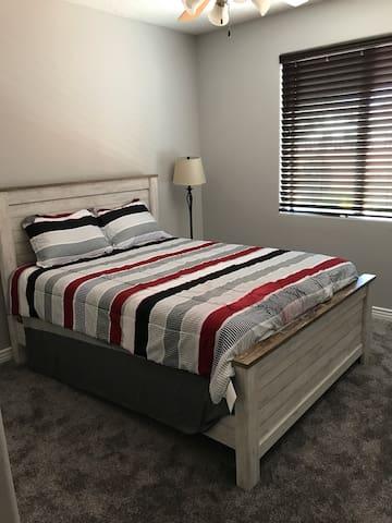 Andy's B&B      Queen bed 2 guests