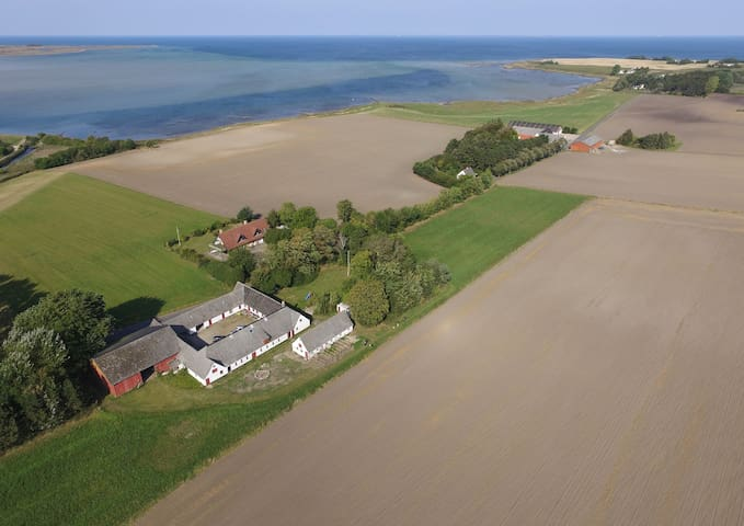 Bo på en gård midt i naturen langt ude på landet. - Eskebjerg - Casa