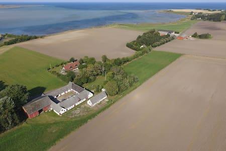 Bo på en gård midt i naturen langt ude på landet. - Eskebjerg