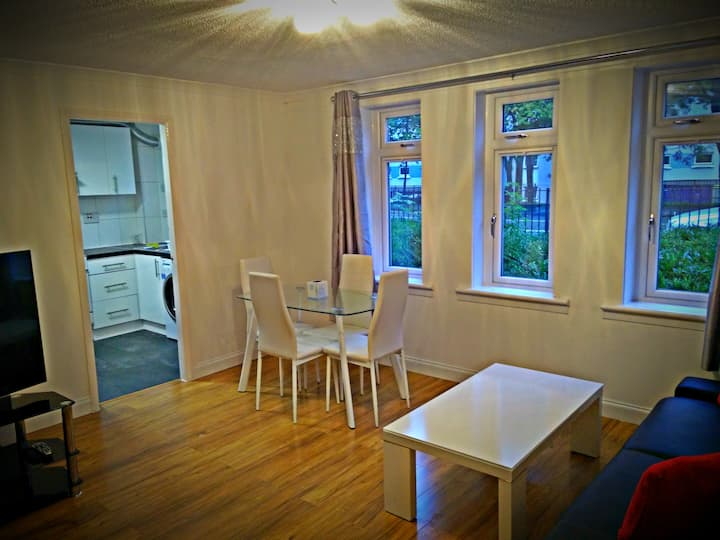 2 bed beside Hydro, city & west end+ free parking!