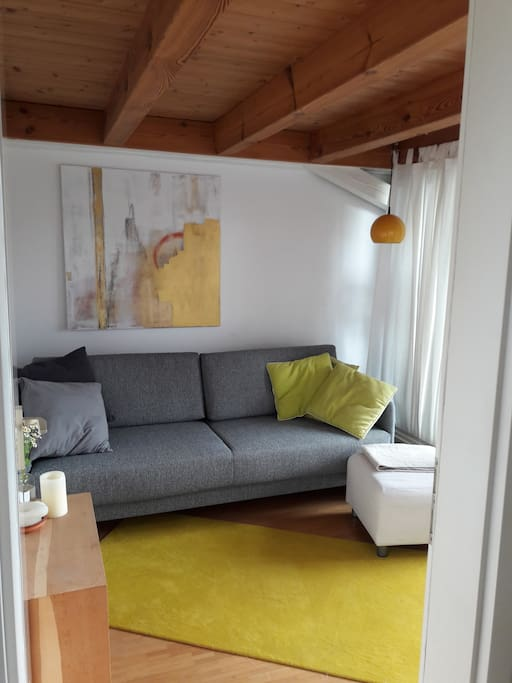 Kleines Wohnzimmer mit Zugang zum Balkon