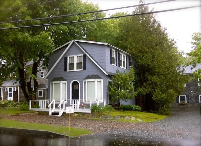 Cute Cottage Apt~ Simplicity & In Town Convenience