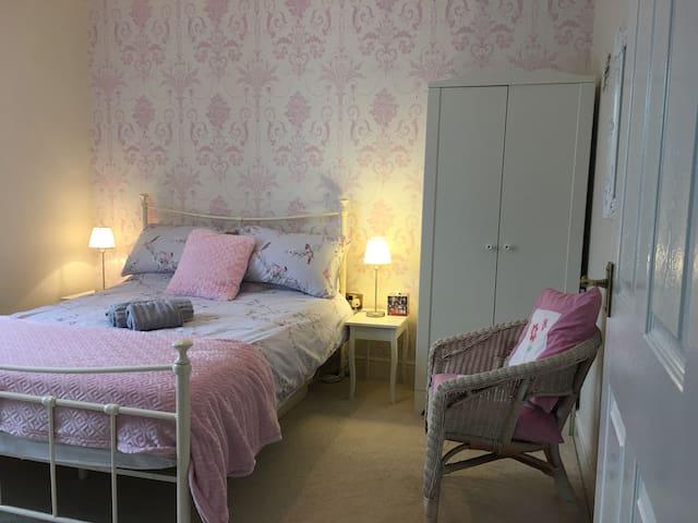 Shenley Lodge double room, bathroom & EV Charging.
