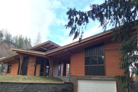 Executive home in Kaslo with Hot Tub & riverfront. - Kaslo