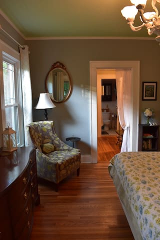 Luxe master suite, private entrance, walk to shops