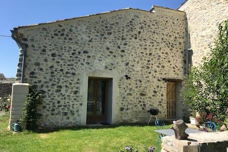 "La ""Petite maison"" : gite avec jardin"