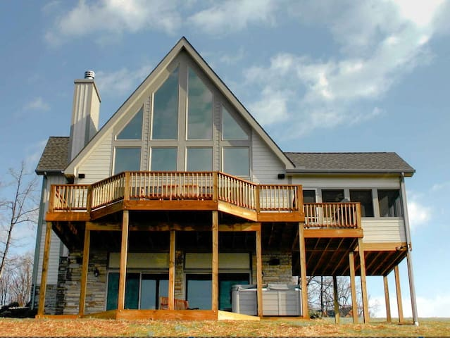 4BR Chalet - hot tub, fire pit, pool table & views