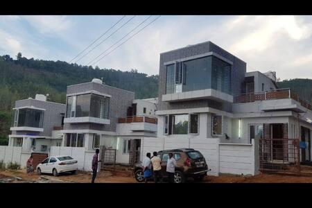 HillCrest Cottage1