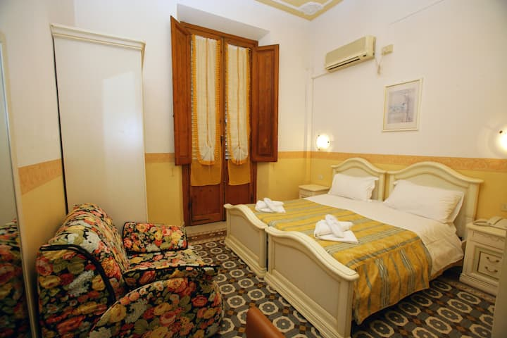Double or Twin Room Liberty Style and private bathroom with Breakfast Buffet and Free Wi-Fi