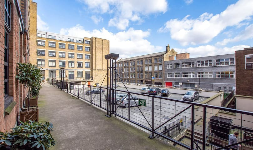 Flat is off the road at the back of the building, facing south and 1 minute walk to the Bethnal Green Tube Station