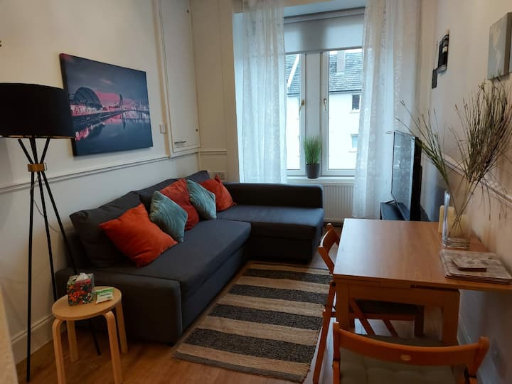Heart of West End - cosy, close to city, parking.