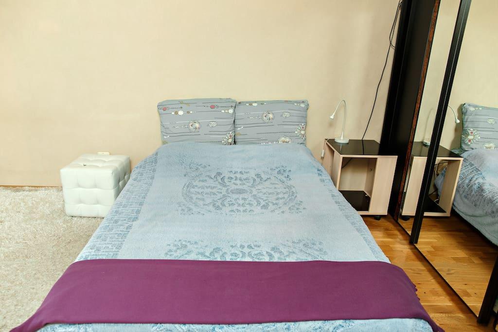 Двухспальная кровать с 4 подушками