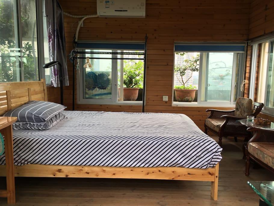 房间配1.5m大床,纯棉床上用品,四面都可以赏花。