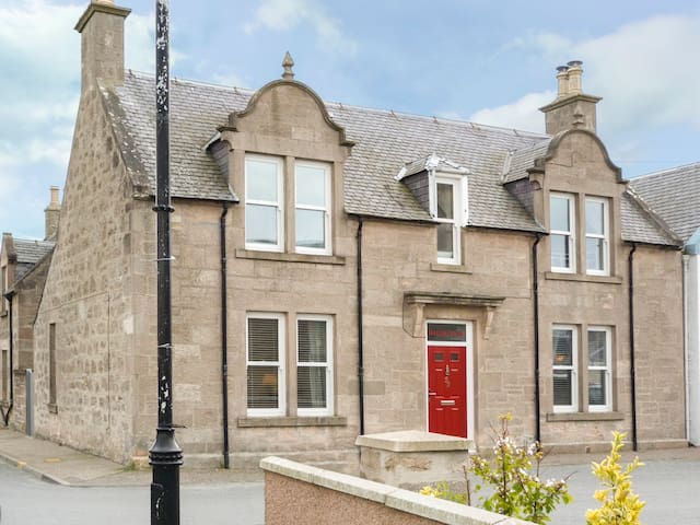 DALQUILLAN, pet friendly, with open fire in Nairn, Ref 949783