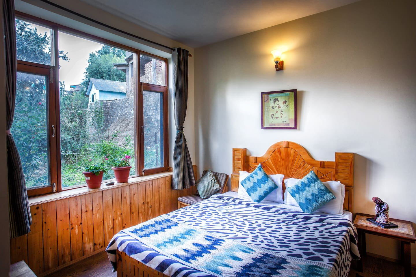 Deluxe room, beautiful views of peak mountains from comfort of your bed