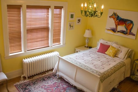 Cheery Room in a Heritage Hill B&B - Grand Rapids - Bed & Breakfast