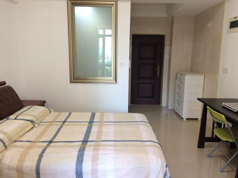 中式木质家具,香港金雅兰床垫,纯棉密支名牌床品,保证舒适睡眠。