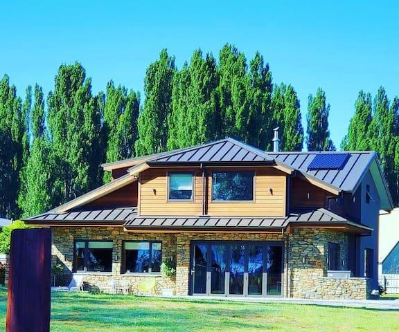 Luxury Riverside Home - 4 minutes to Wanaka