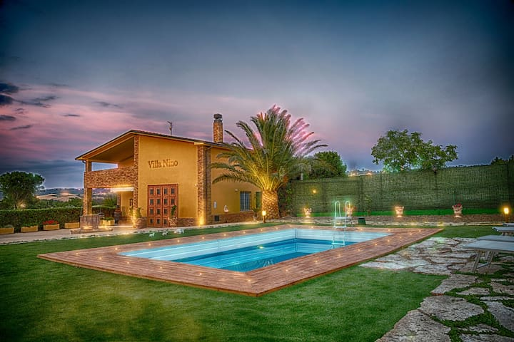 Fantastic Villa with Pool, Wi-Fi, Air Conditioning & Home Theater; Pets Allowed