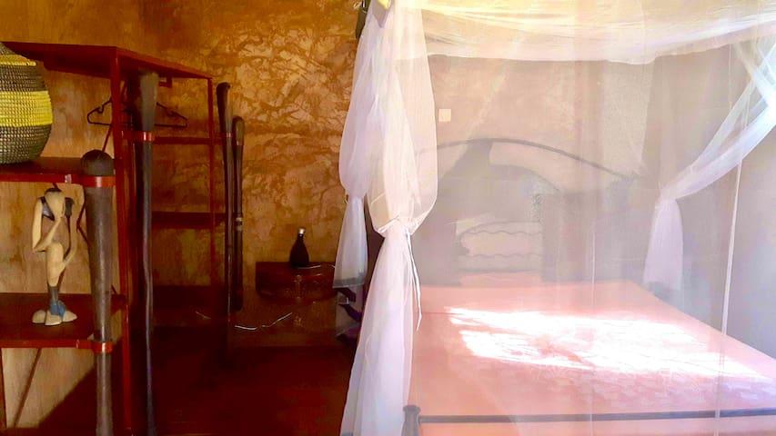 Chambre. Lit en 160 cm. Pour votre bien être, une literie de qualité française en bultex... Moustiquaire confortable et ventilateur