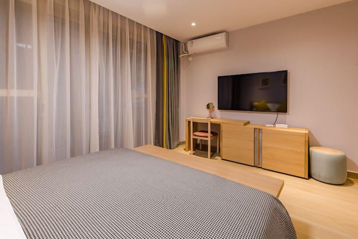 二楼主卧室1.8米床,写字台,梳妆台,带空调,风扇,高级床垫,床品,带独立卫生间,24小时空气能淋浴。大露台。