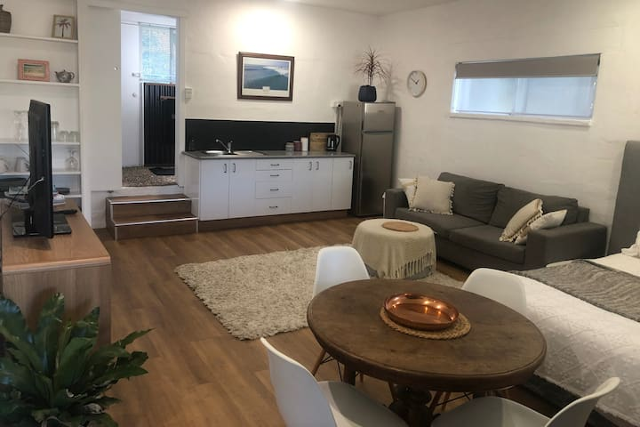 Lovely Self Contained Guest Suite close to beach
