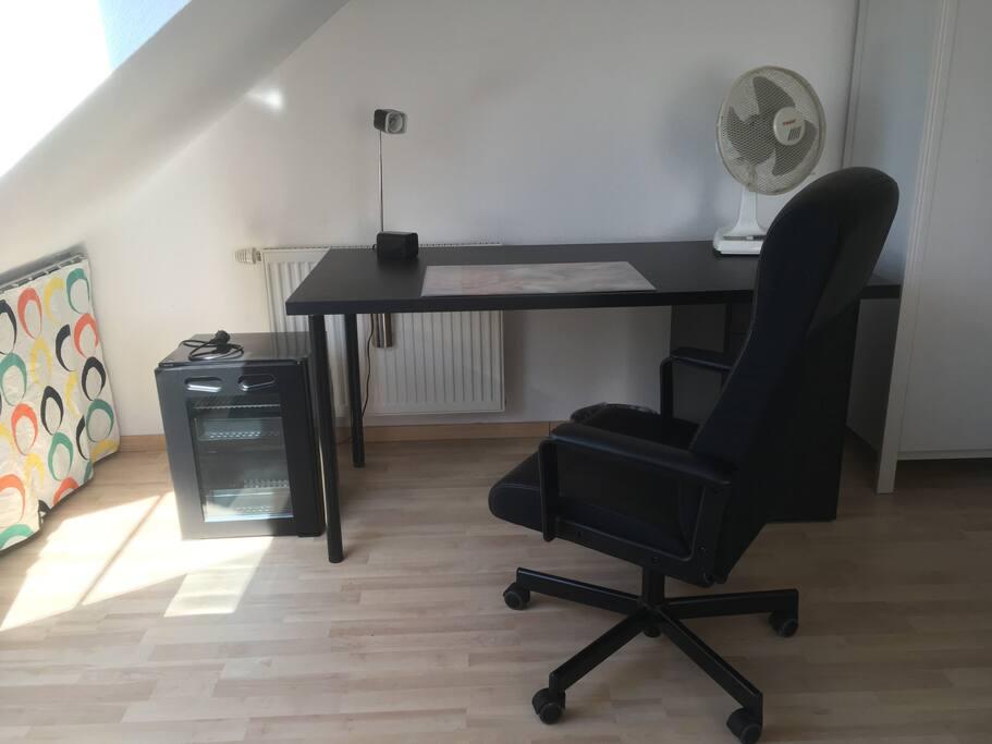 Schreibtisch und Mini-Kühlschrank