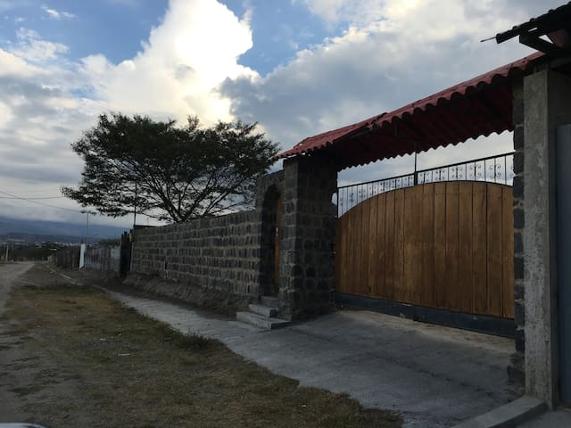 Unique HOUSE with 2 Tennis Courts and great view - Quito - Byt