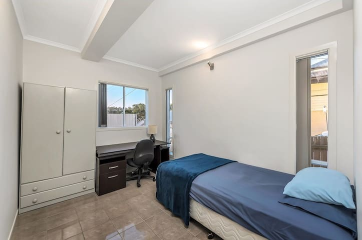 Private room walking distance to the CBD