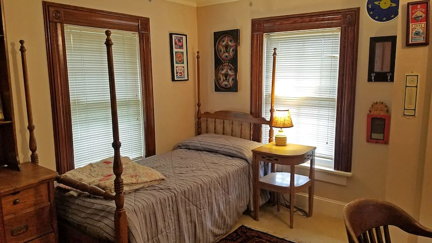 Farmhouse Monthly Bedroom, near Stony Brook, BNL