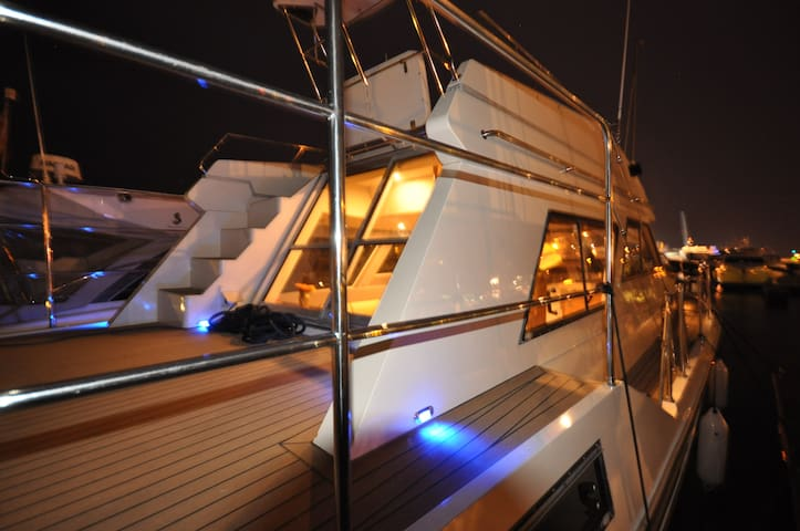 Luxury motor cruiser, Poole Quay. - Poole - Boat