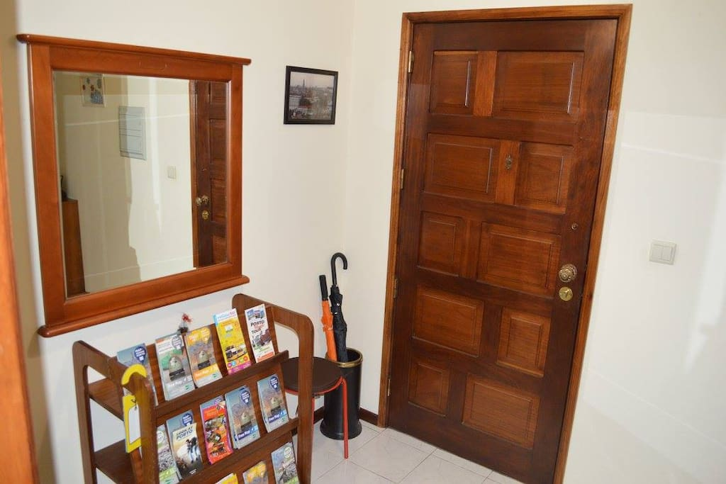 Entrada do apartamento com mapas da cidade.  Apartment entrance with maps of the city.