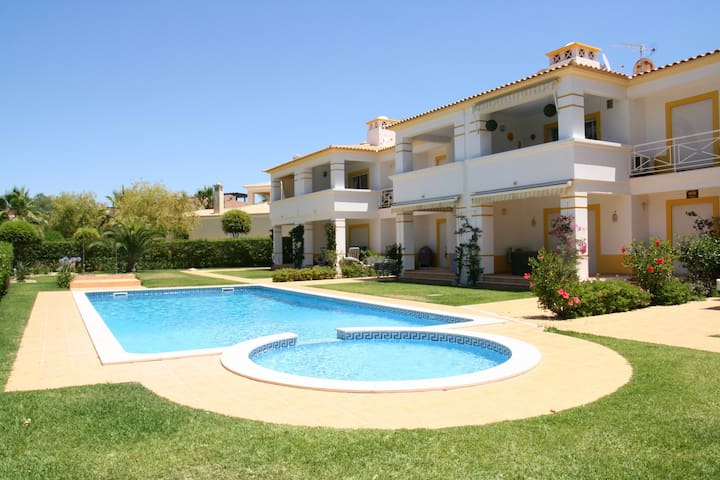 LARGE 2 BED 2 BATH POOL FREE WIFI & COT AIR CON - VILAMOURA  - Lägenhet