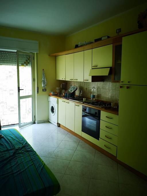 Ingresso cucina con lavatrice e balcone
